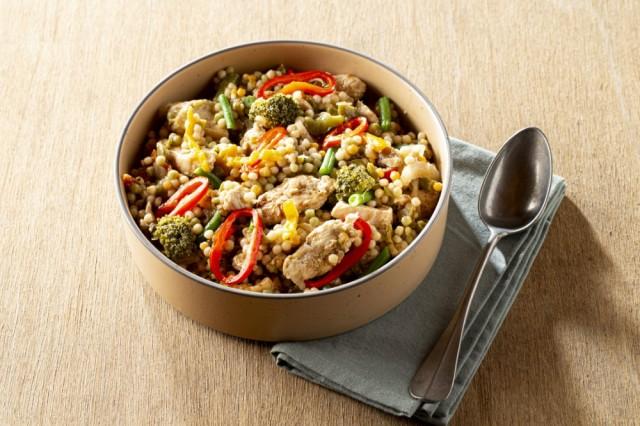Hartige kip-groentenschotel met tricolore parelcouscous